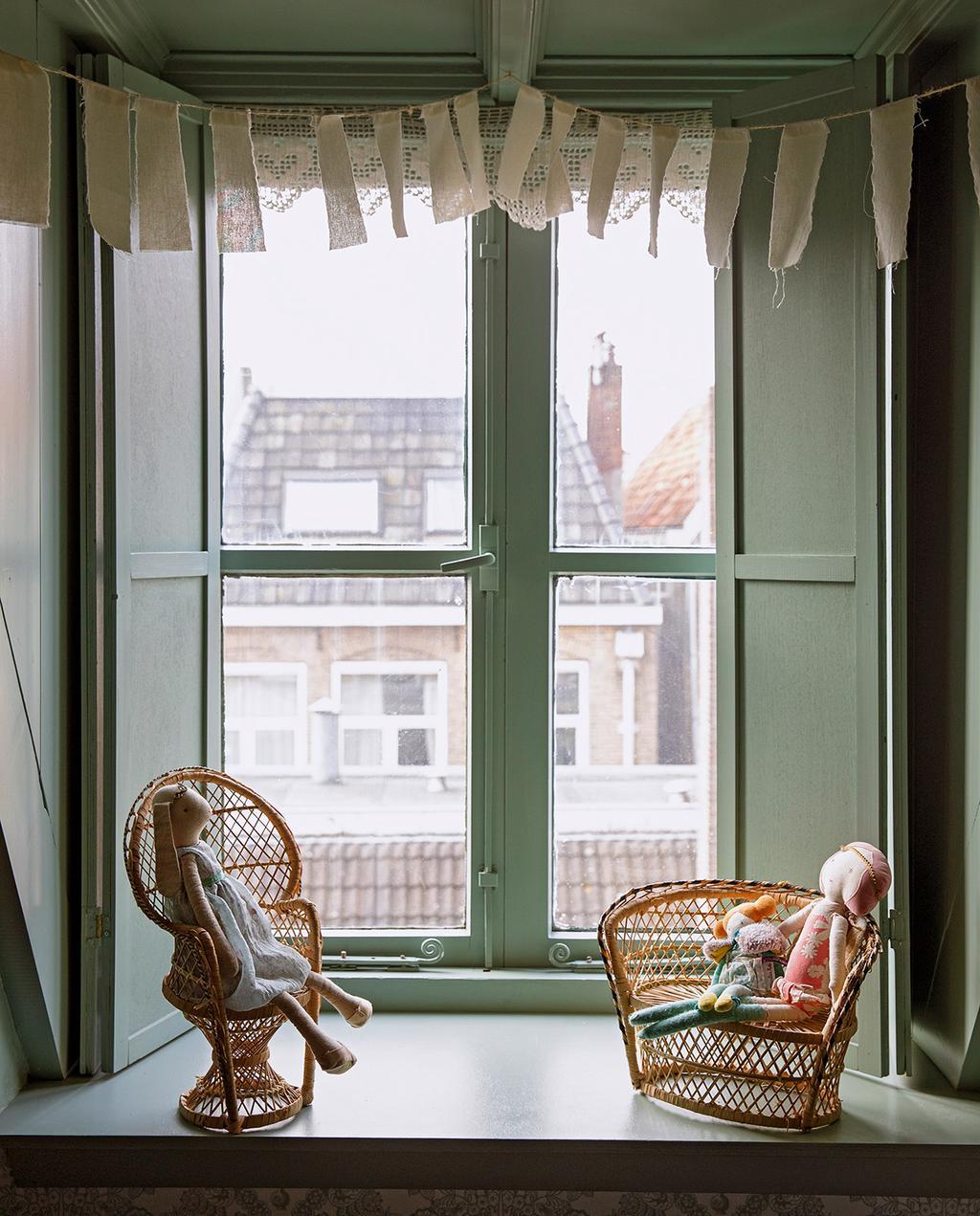 vtwonen 06-2021   groen raam met vlaggetjes en rotan mini stoelen voor poppen
