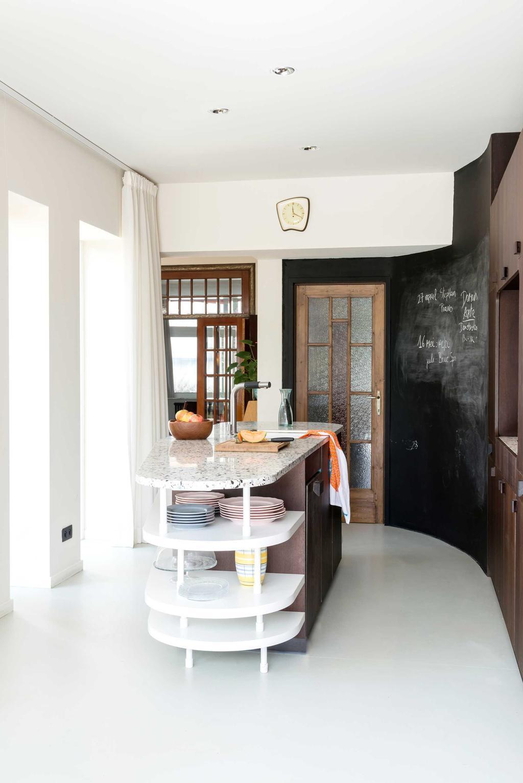 Een muur met schoolbordverf kan in de keuken uitstekend dienstdoen als memobord