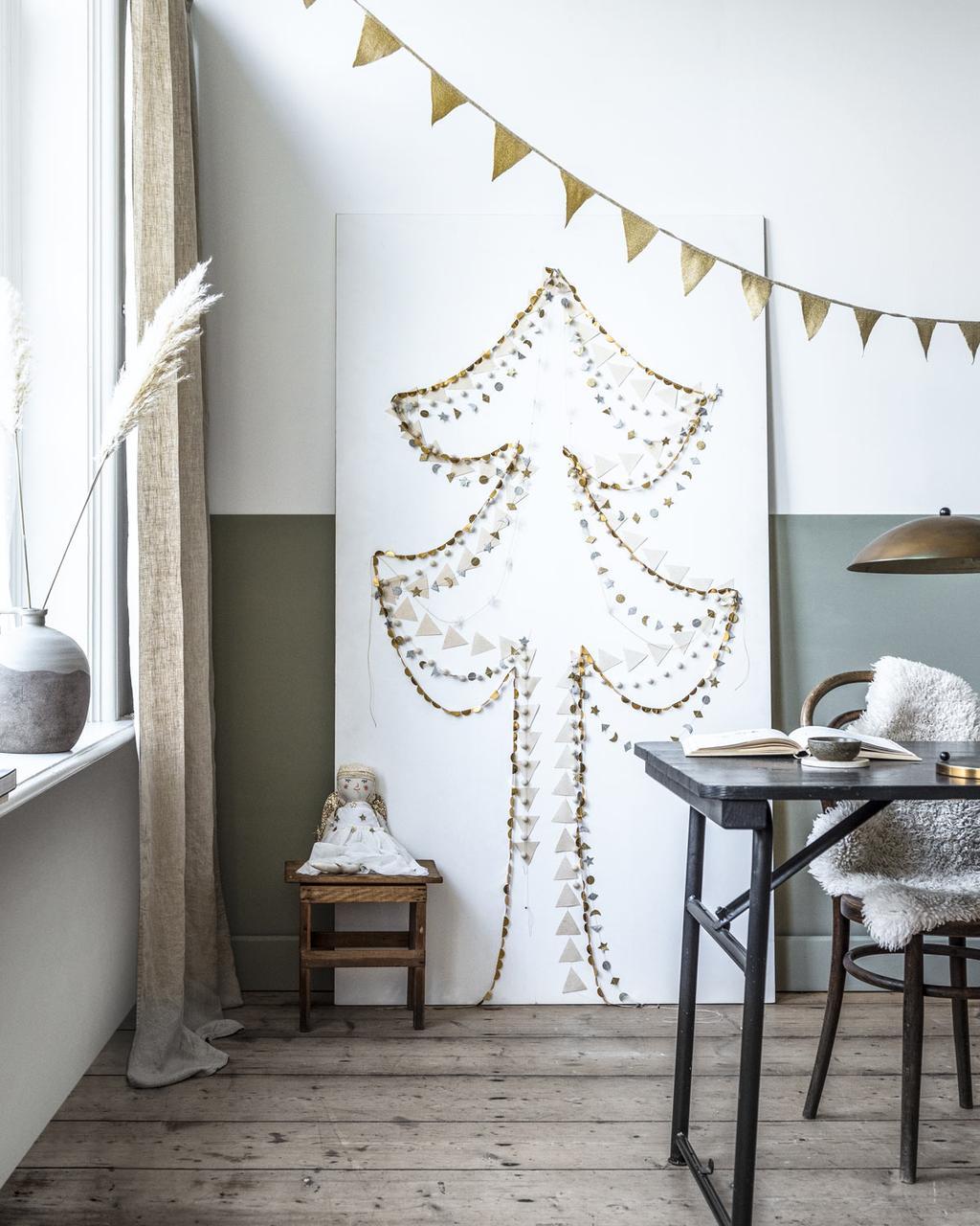 DIY een originele kerstboom op een houtenplaat van slingers in de feest special.