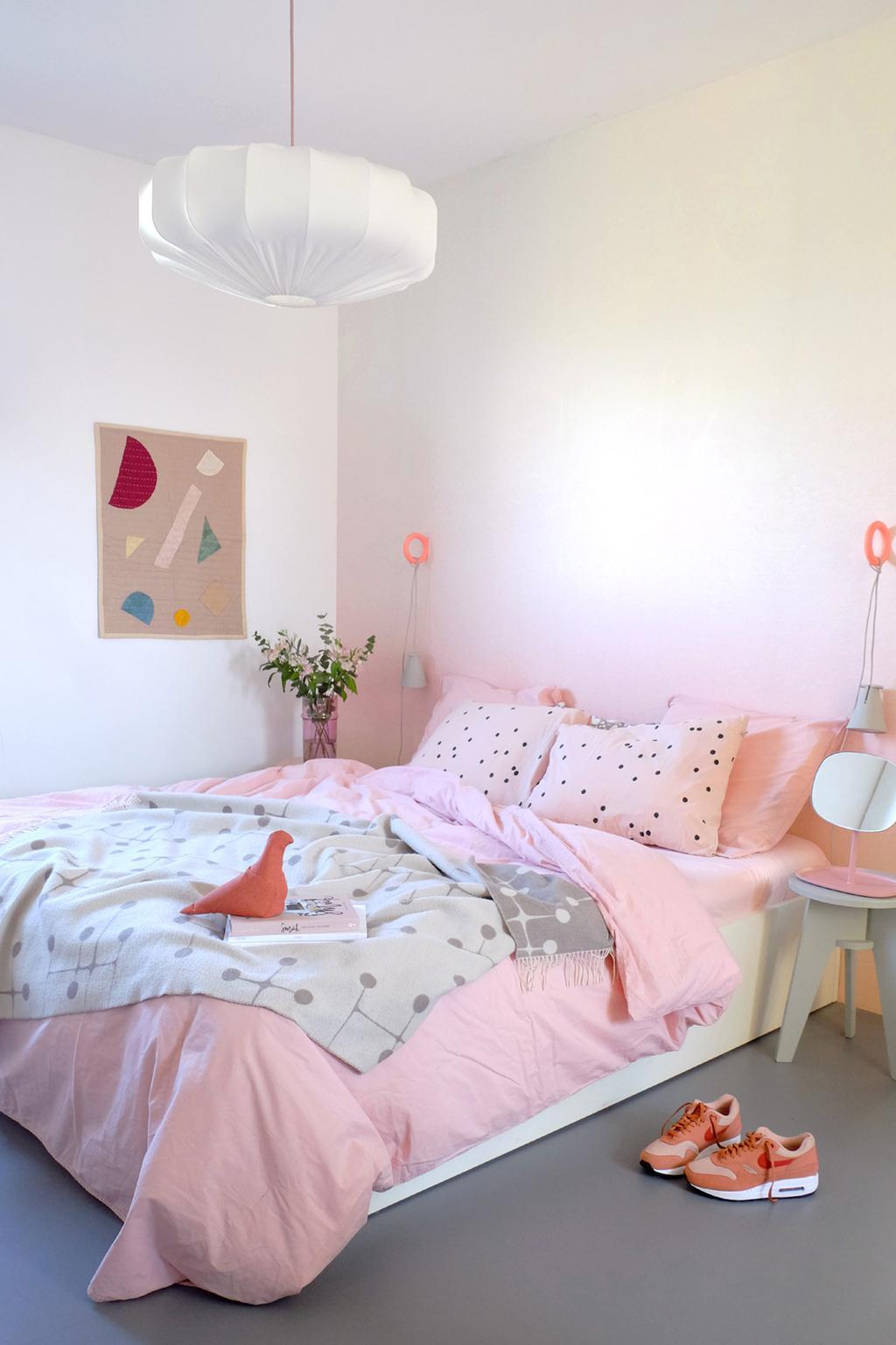 Hanglamp van Lampverket in de roze slaapkamer van PRCHTG