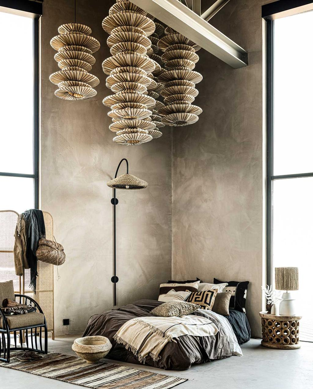 vtwonen 09-2020 | styling ambachtelijke handgemaakte accessoires | slaapkamer met rotan hanglamp