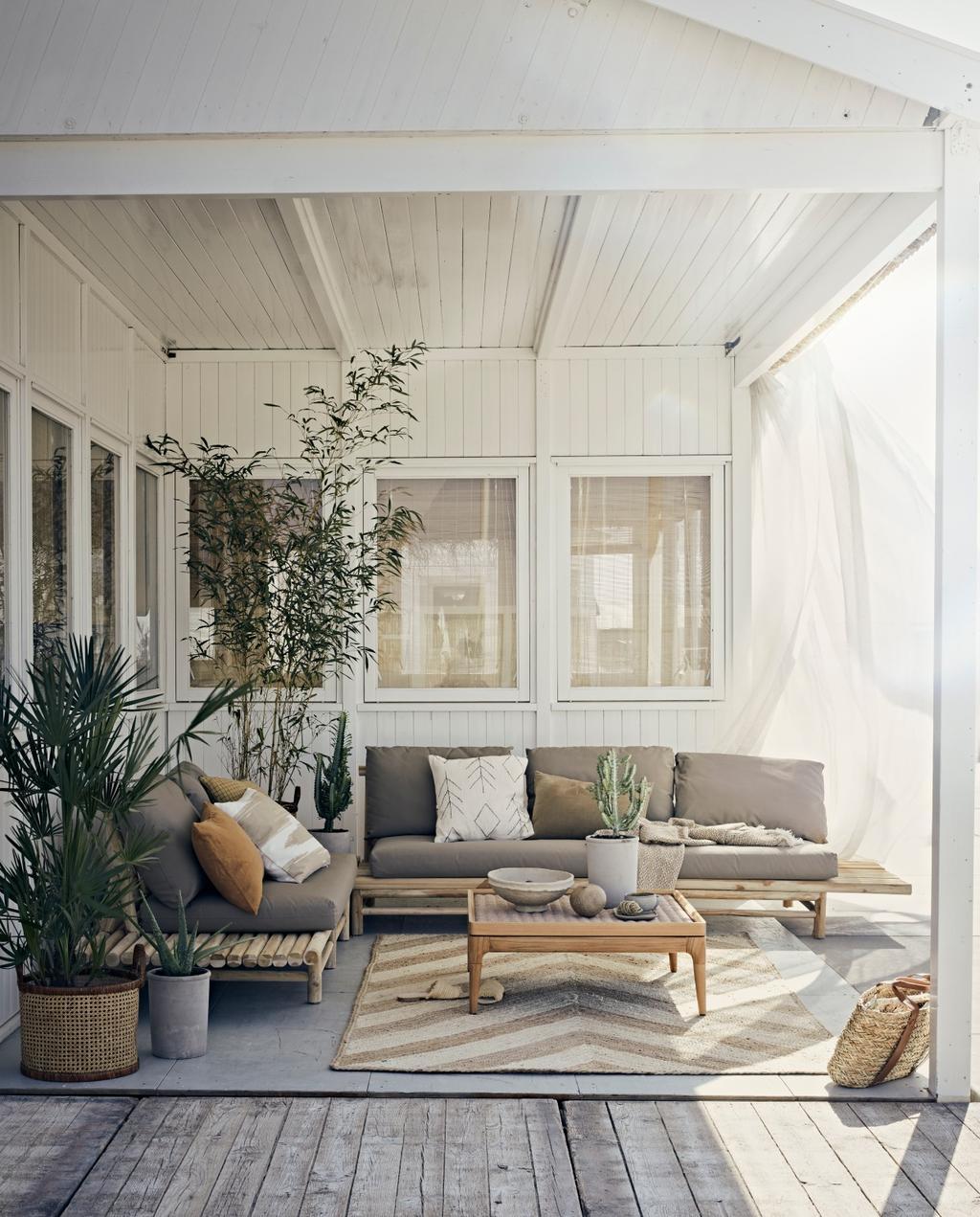 vtwonen styling 06-2020 strand ajuma rieten loungebank met grijze kussens
