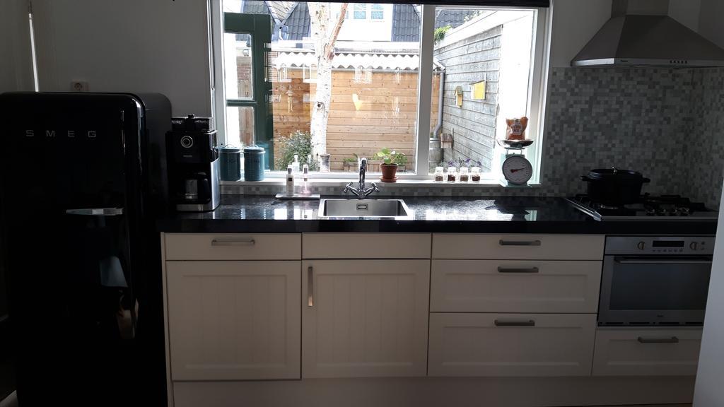 onze-keuken-met-uitzicht-op-de-tuin