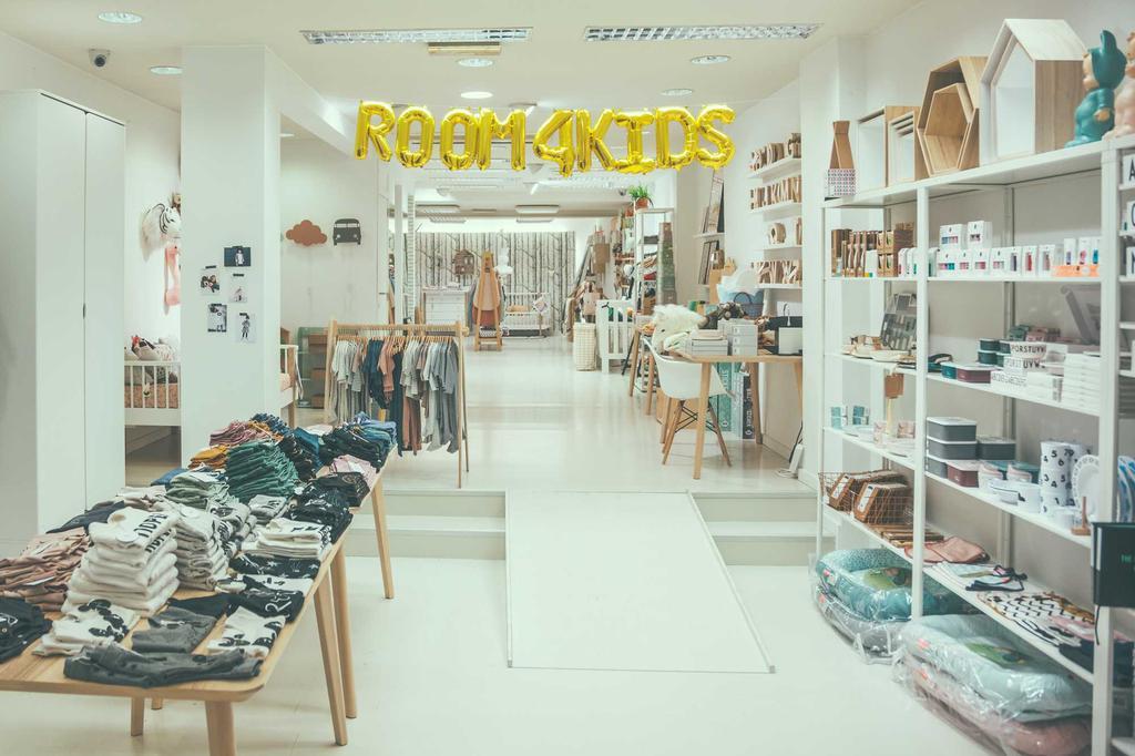 room4kids de winkel met rekken vol kledij en interieur
