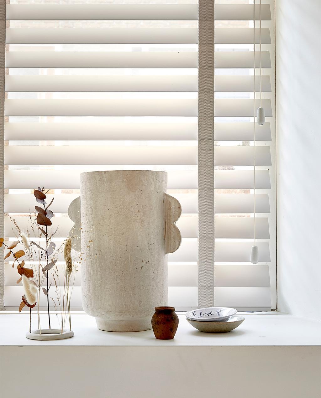 vtwonen 09-2021 | witte vaas met droogbloemen