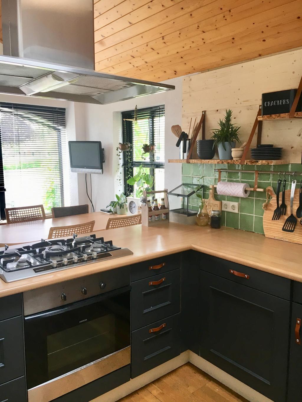 onze-keuken-heeft-een-hoog-schuin-plafond-wat-de-keuken-een-landelijke-uitstraling-geeft-door-het-hout-de-afzuigkap-hangt-aan-het-plafond