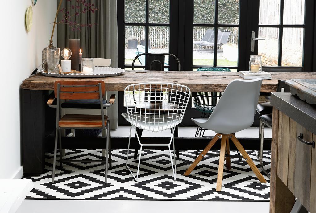 Houten tafel met verschillende stoelen