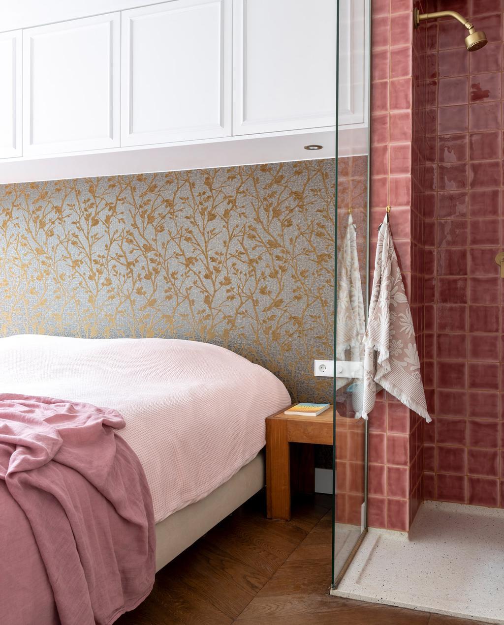 vtwonen special tiny houses | slaapkamer met hotelallure, roze dekbedvertrek en douche met gouden kraan