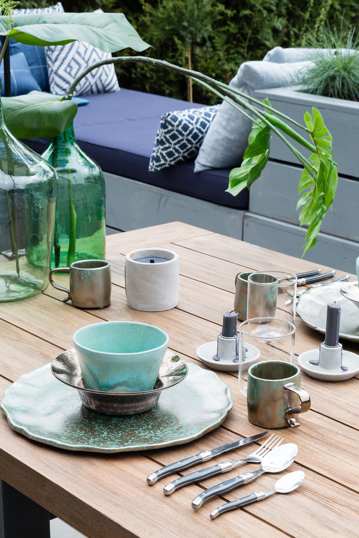 Gedekte tafel in tuin