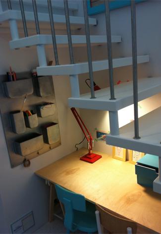 speelhoek ></p> <h2>Knutselhoekjes</h2> <p>Onmisbaar in een speelhoek is een knutseltafel met stoeltje(s). Hier aan kunnen ze tekenen, knutselen, met lego bouwen, etc. Wordt je kind op den duur te groot voor de tafel? Dan kan je er met extra poten een volwassen werktafel van maken. Voor andere grappige stoeltjes met tafel ga je naar <a title=
