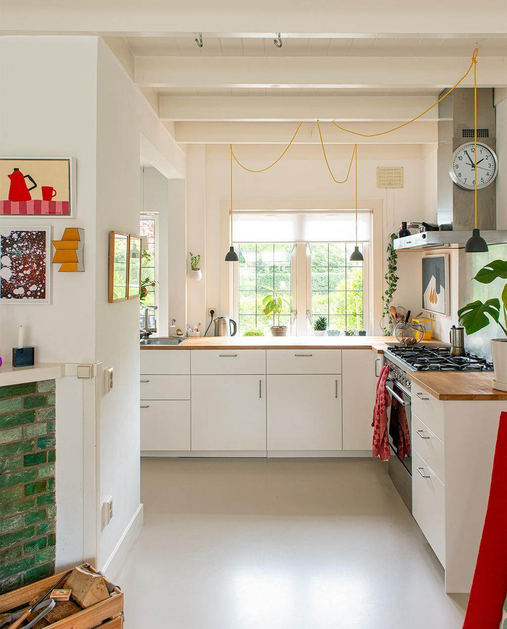 vtwonen 07-2021   witte keuken in de woning