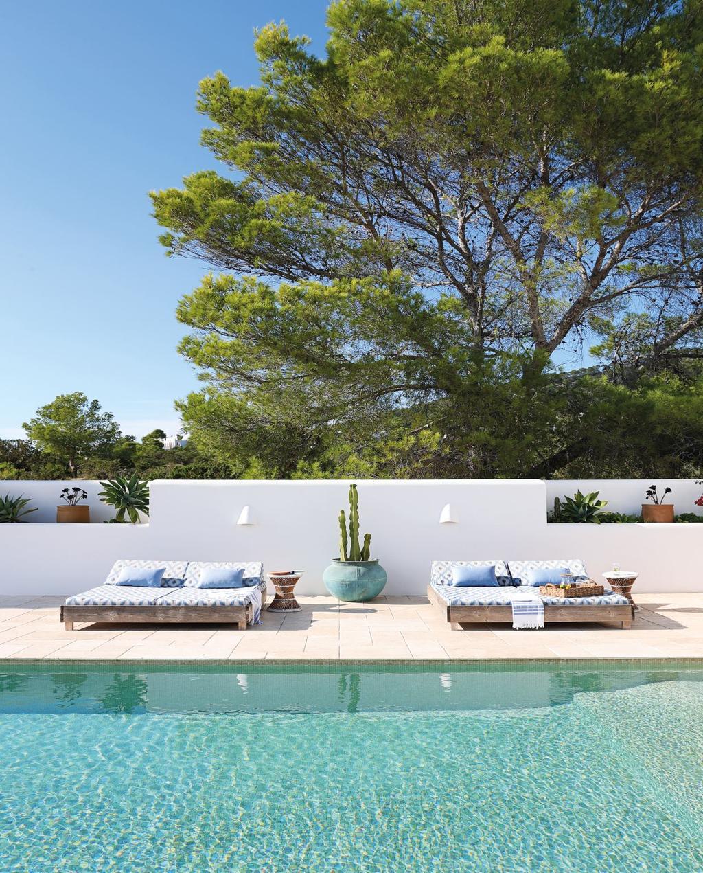 vtwonen 08-2020 | bk buitenland ibiza zwembad met loungebedden