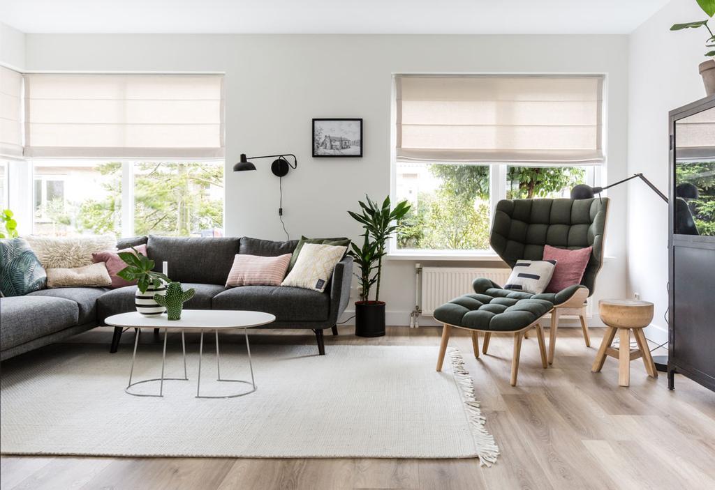 Ruime zithoek met hoekbank en groene stoel