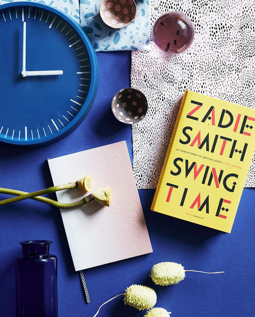 vtwonen 02-2021 | flat lay met kleurrijk interieur van blauw klok en geel boek