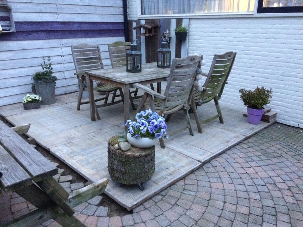 steenschotten-vlonders-zijn-gelegd-voor-het-terras-hierop-komt-straks-onze-lounge-set-te-staan