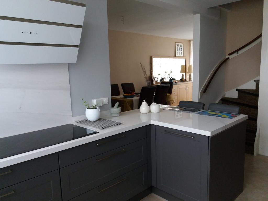 twee-grote-lades-met-alle-kookbenodigdheden-grote-inductieplaat-met-daarboven-een-recirculatiekap-van-wit-glas-ruimte-om-ook-samen-te-kunnen-kokkerellen-wat-we-graag-doen