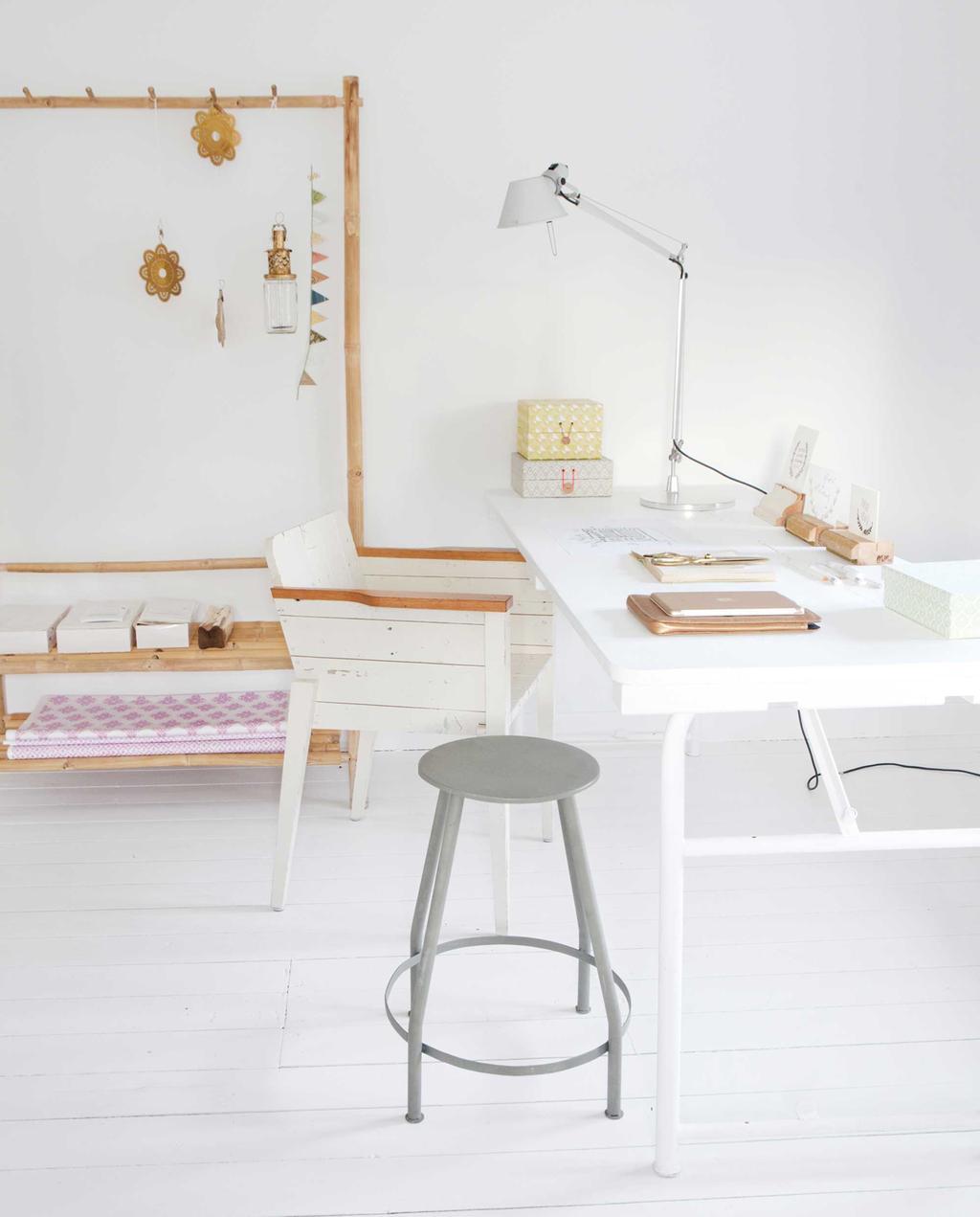 werkkamer met wit bureau en metalen kruk
