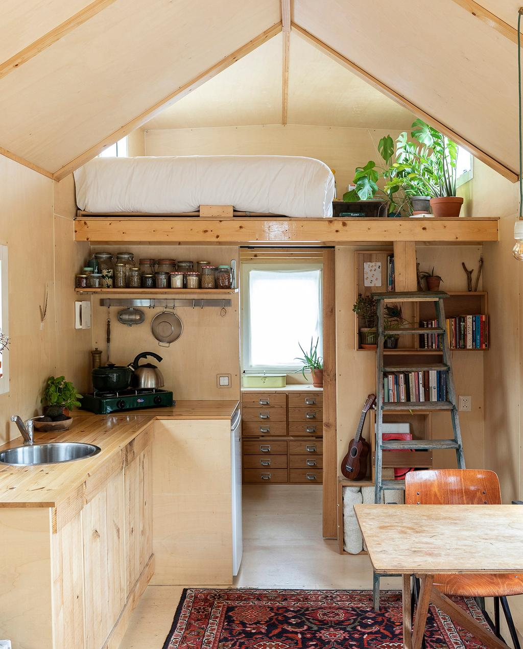vtwonen special tiny houses | vide met trap in tiny house