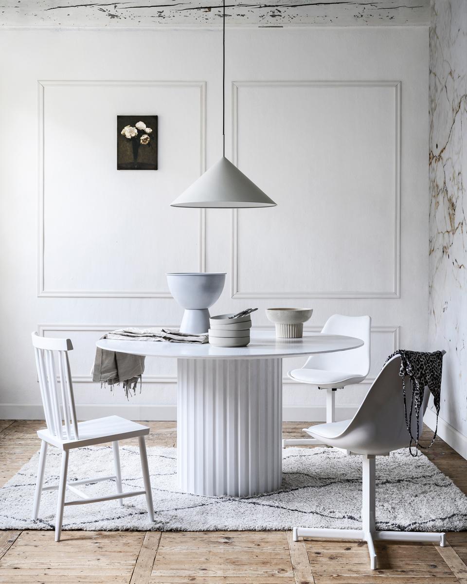 budget deluxe styling witte tafel op pilaar