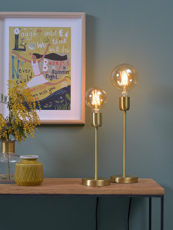 nachtkastje met gouden lampen en schilderij