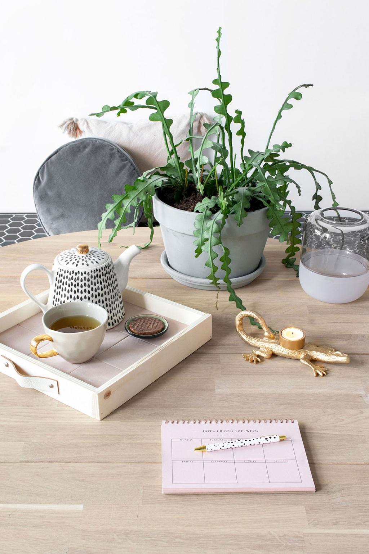 plateau bois et carrelage sur table