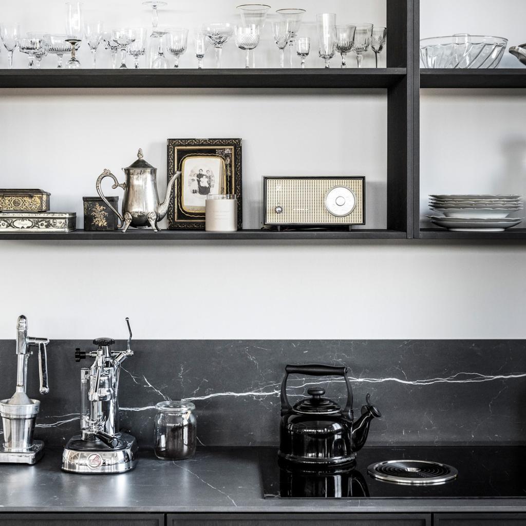 zwarte vtwonen keuken met achterwand zonder tegels