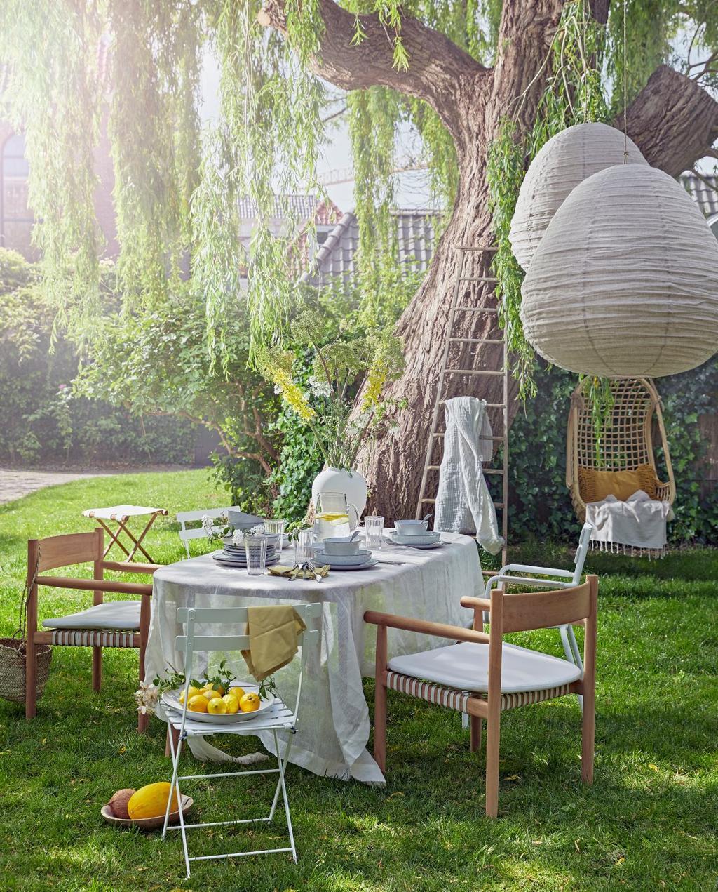 vtwonen 07-2020 | styling tuin eettafel met houten stoelen