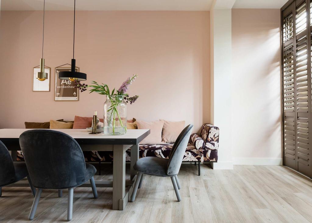 Roze eethoek met een daybed en grijze velvet eetkamerstoelen