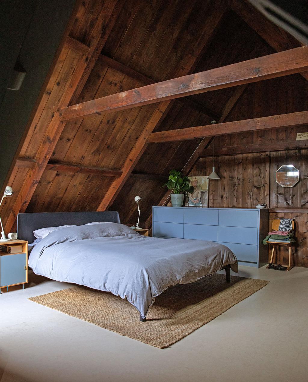 vtwonen 05-2021 | slaapkamer op zolder met Zaanse charme en oude houten balken