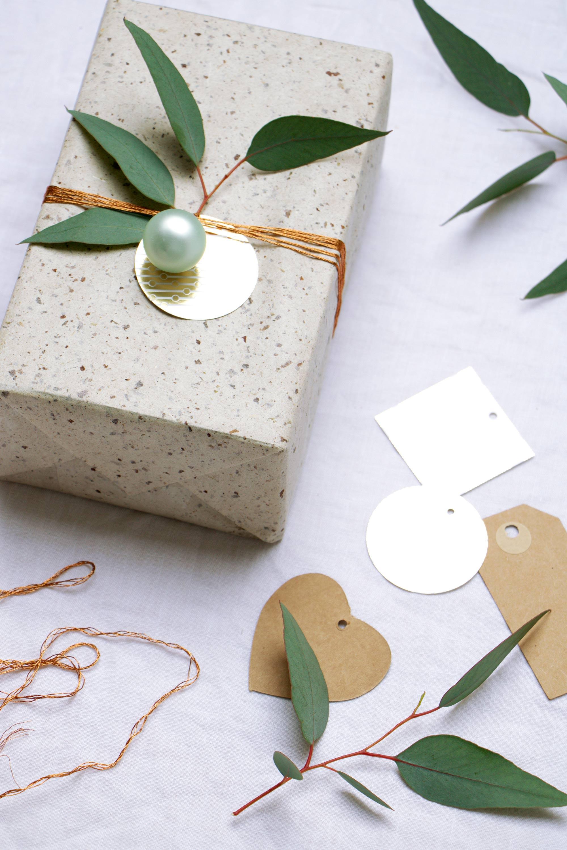 Inpakken voor kerst met groen