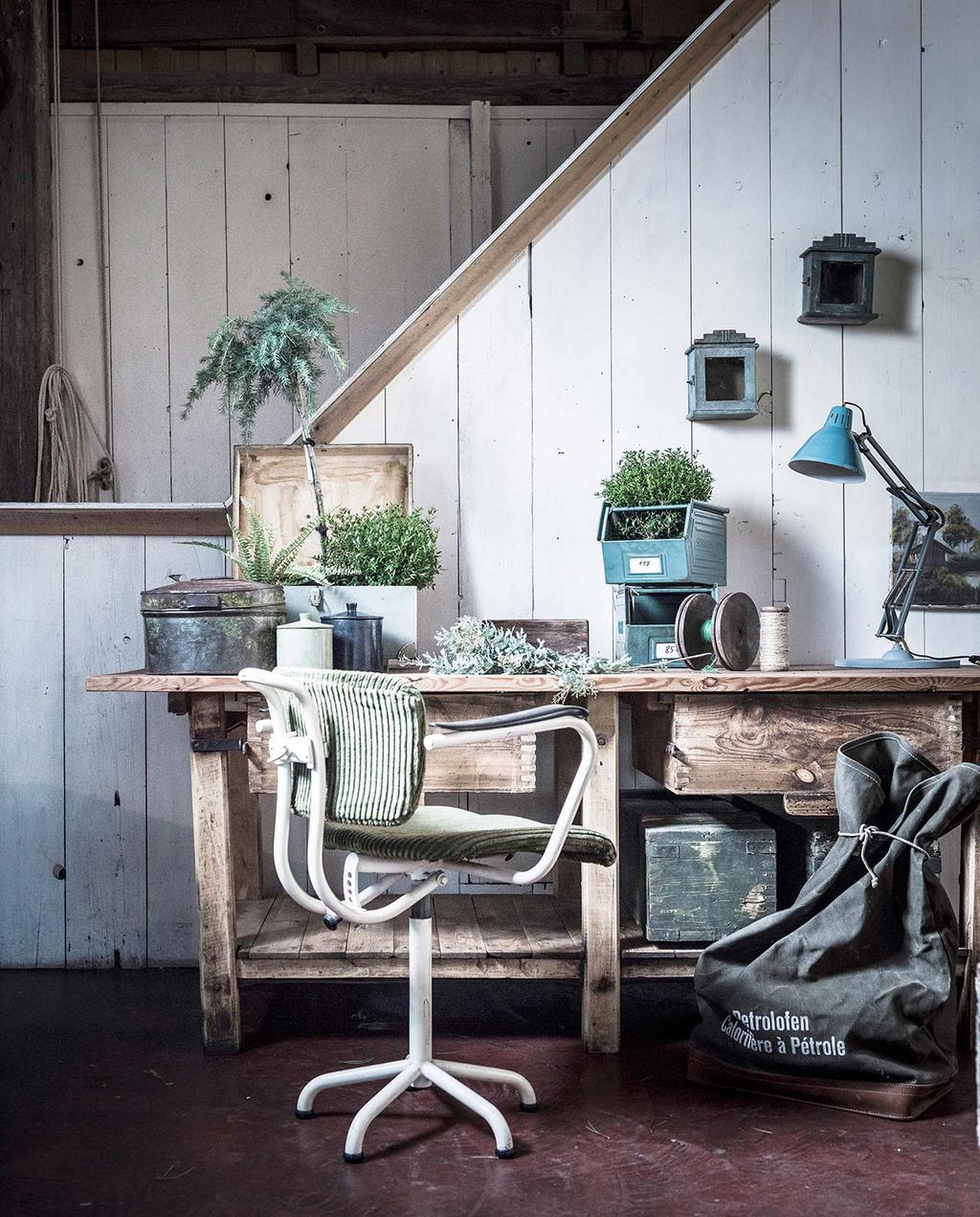 vtwonen 03-2017 | barn brunch ingerichte kamer met houten werkbank en stoel