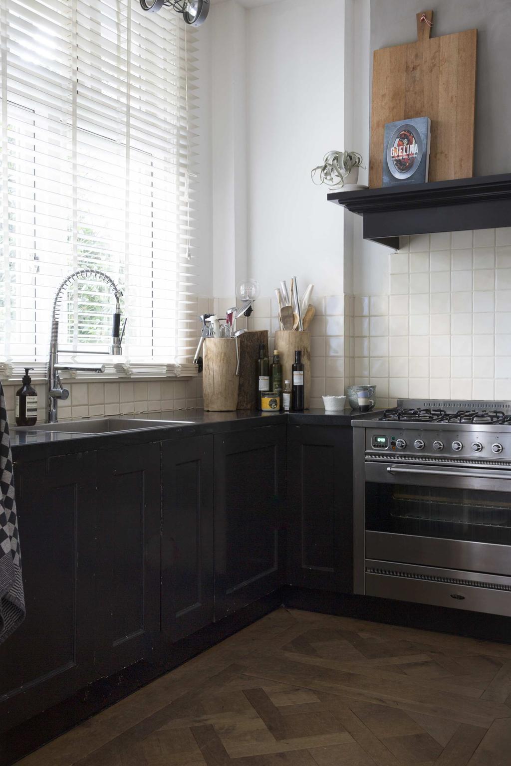 Zwarte keuken met witte tegels