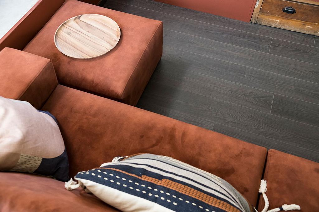 Detail van de zetel van Loes en Kim van Passe Partout uit de eerste aflevering van het tweede seizoen van 'Een frisse start met vtwonen'.