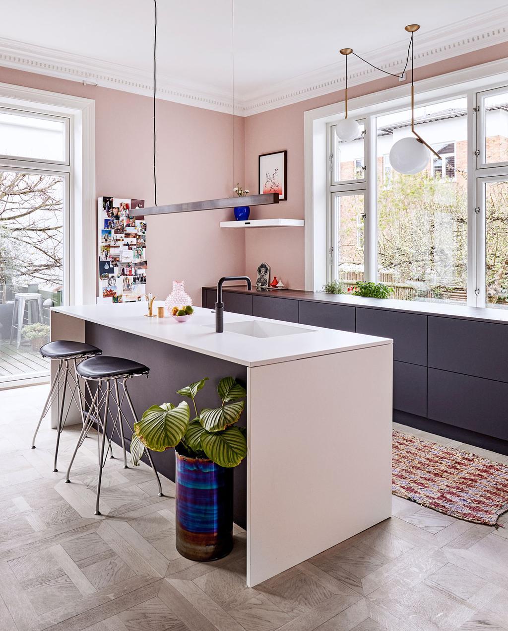 vtwonen 10-2019 | woonkeuken keuken roze wand