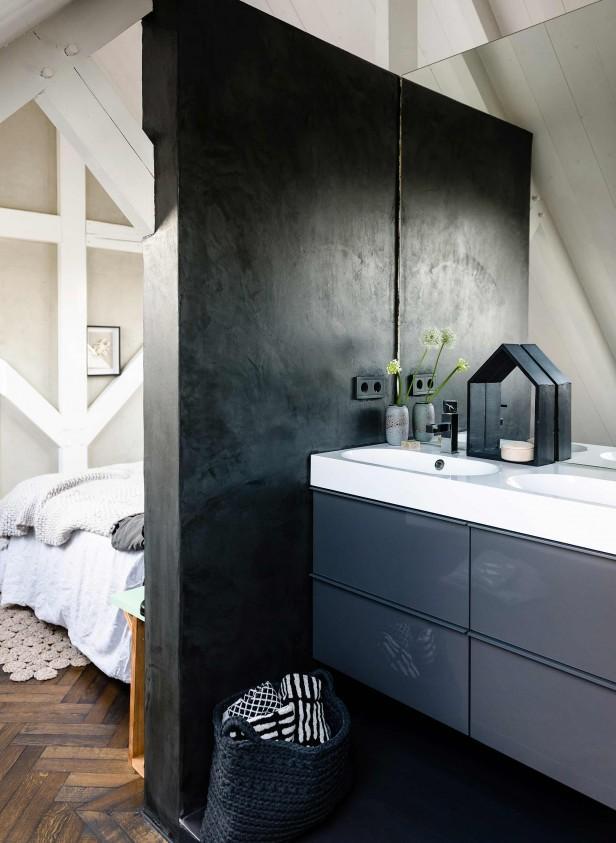 meubles noirs salle de bain