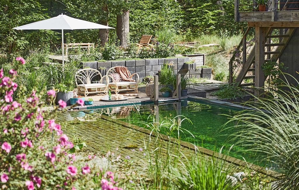 vtwonen special tuin 03 2021 | stoelen bij de vierkante vijver