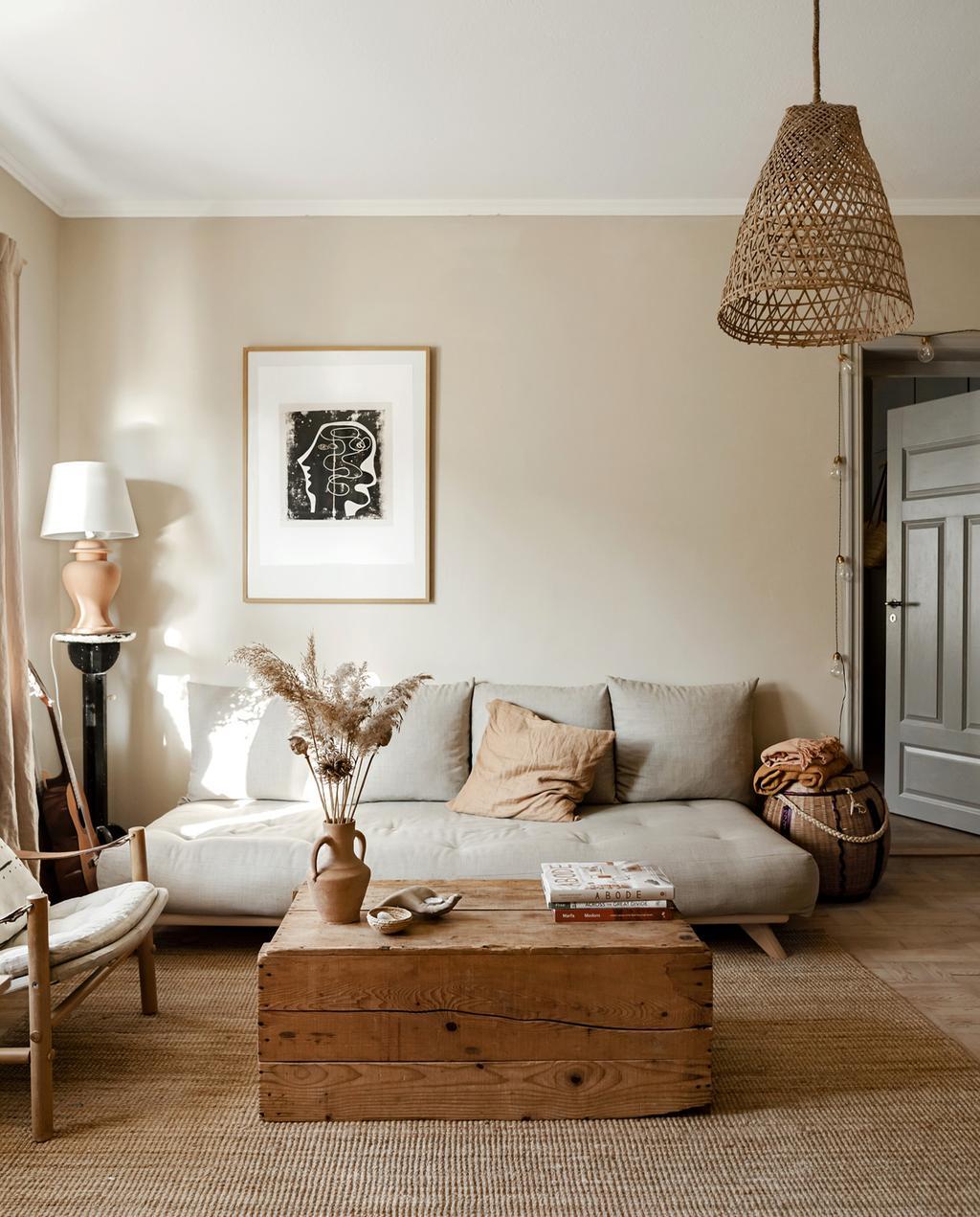 vtwonen 05-2021 | woonkamer met grijze bank en natuurlijke kleuren en droogbloemen in een vaas