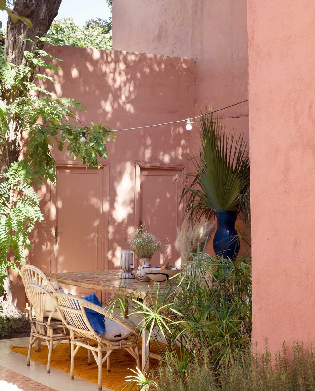vtwonen 2020-09 | kijkkamer Marrakech | roze patio met eethoek