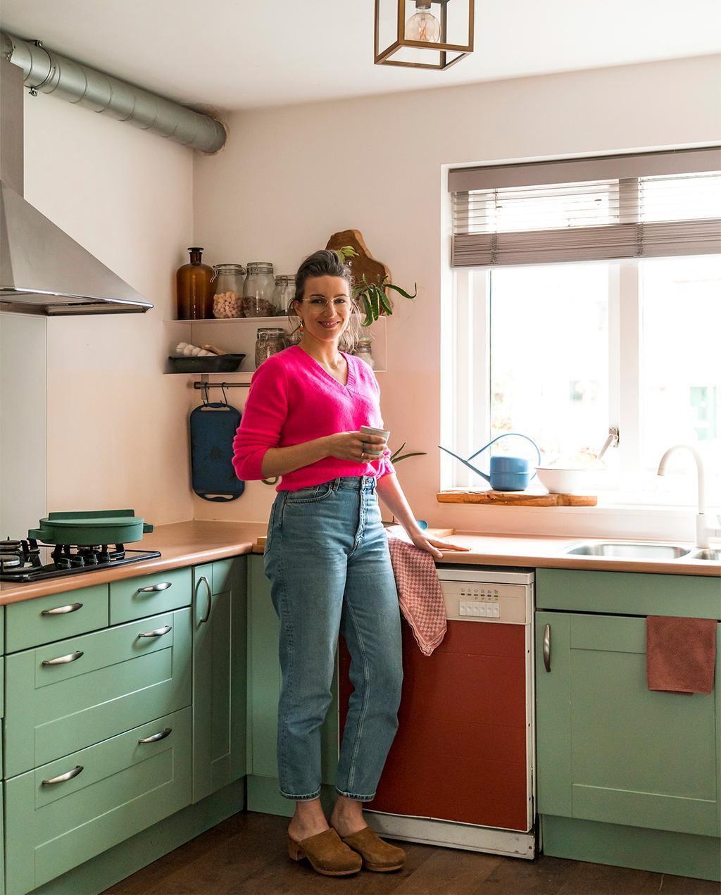 vtwonen 07-2021 | kleurrijke keuken van Esther met een rode vaatwasser