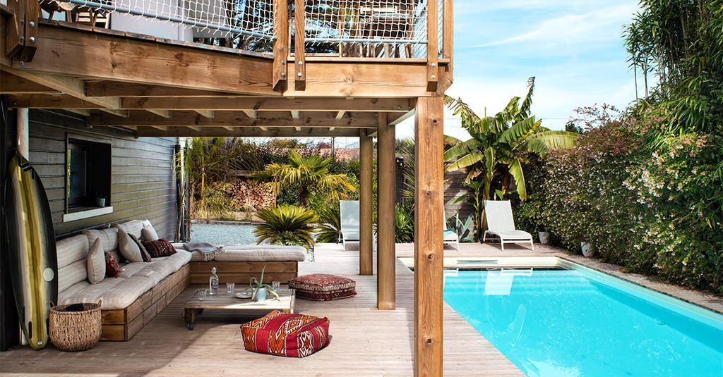 vtwonen binnenkijk special 07-2021 | zwembad met ligbanken buiten