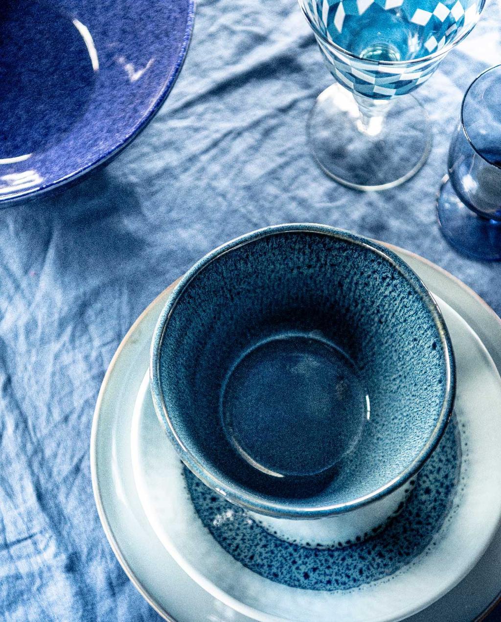 vtwonen 07-2020 | styling blauw eilandhoppen blauw servies op blauw linnen tafelkleed