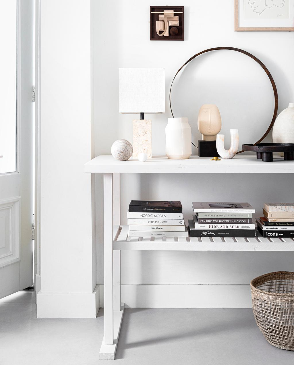 vtwonen 04-2020 | wit houten meubel siderale gedecoreerd met aardetinten en boeken