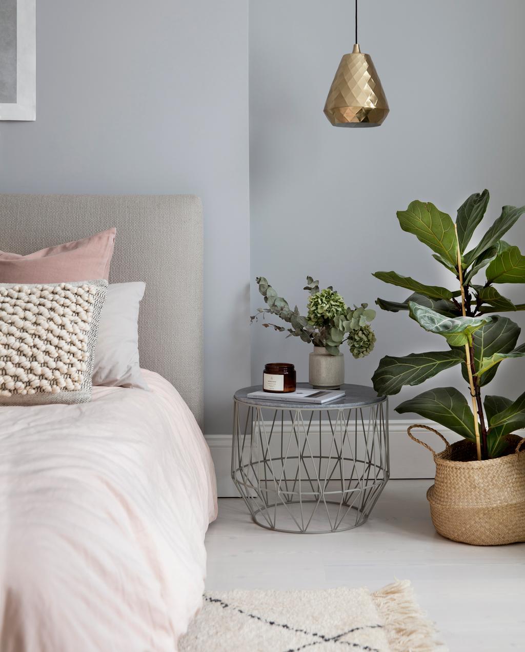vtwonen 1-2020 | binnenkijken in een victoriaans herenhuis in Londen roze bedlinnen slaapkamer