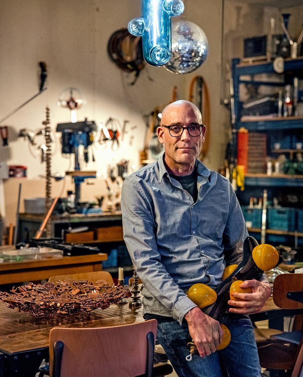 vtwonen 03-2021 | Portret foto van ontwerper Eibert in atelier