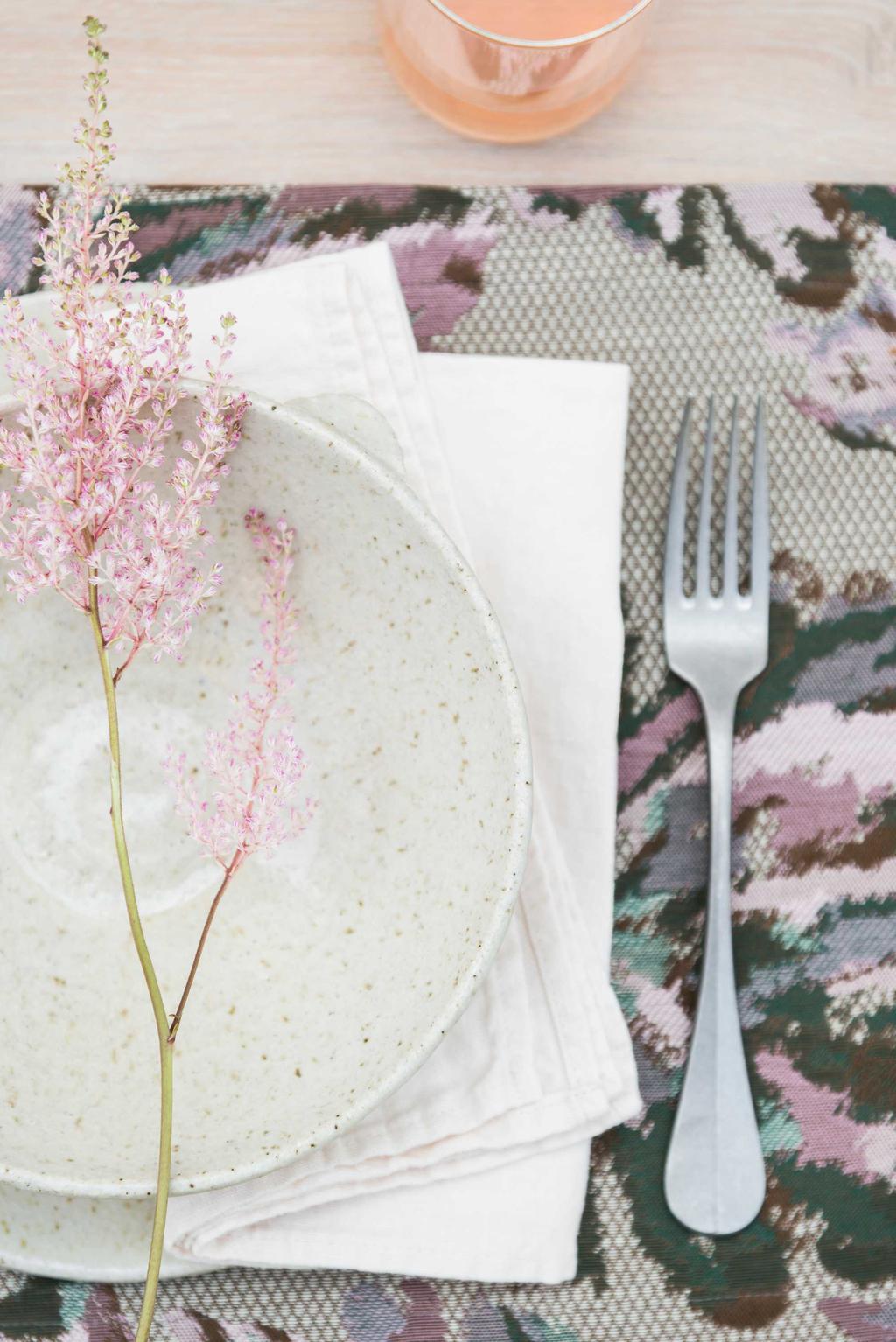 Wit servies met roze accent