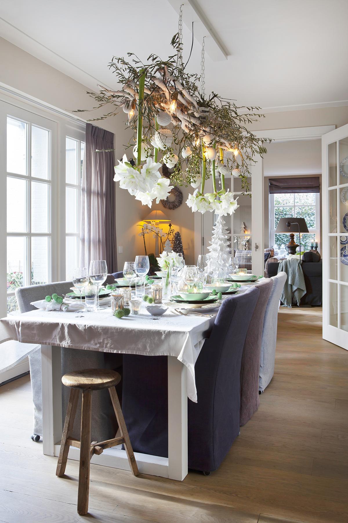 witte kerst tafel bloemen aan plafond