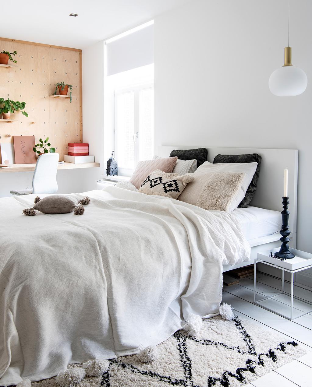 vtwonen 02-2021   opgemaakt bed in slaapkamer met kussens