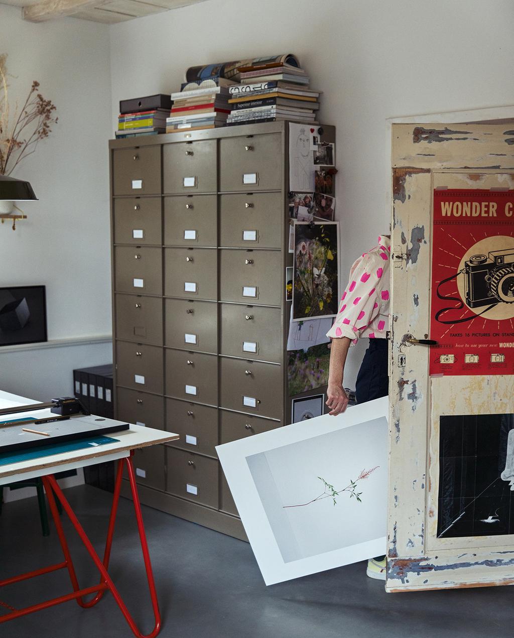 vtwonen 03-2021 | archiefkast en zelfgemaakt bureau met neon poten