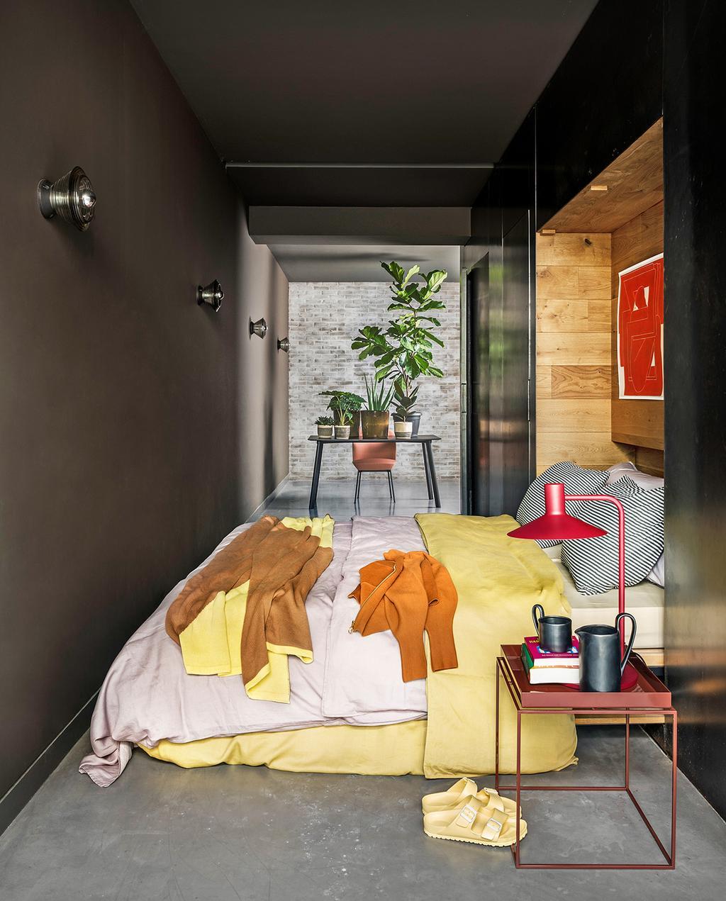 vtwonen 04-2021 | smalle slaapkamer met geel dekbedovertrek en bureau