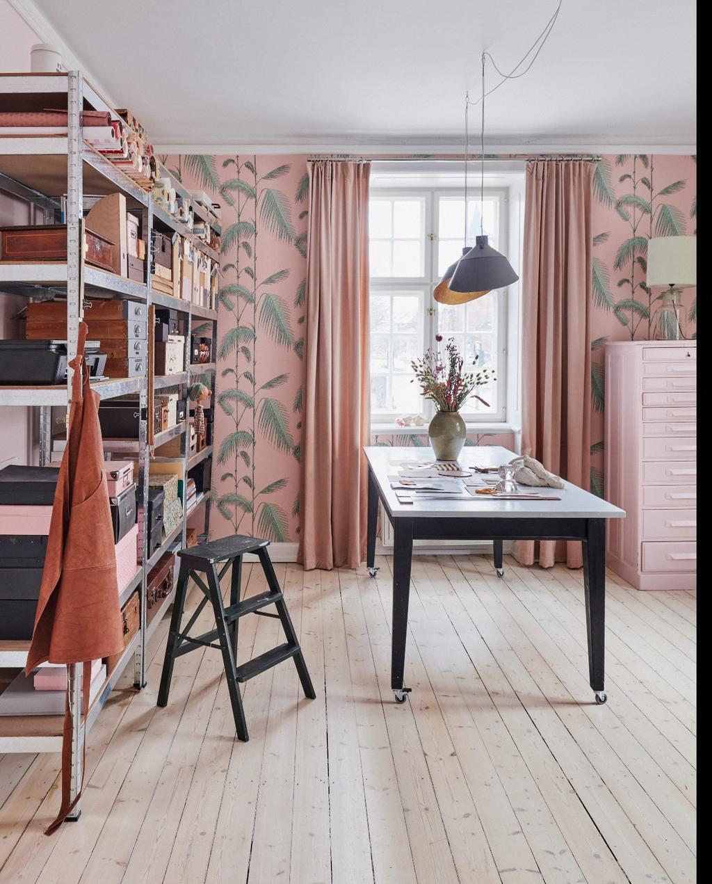 vtwonen 06-2020 | Appartement Kopenhagen werkkamer met kleurrijk behang en stellingkasten